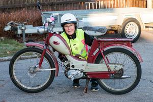 Karin Söderkvist har en passion för mopeder av äldre årsmodell. Den  moped som hon nu åker på är en Crescent Saxospeed från 1958.