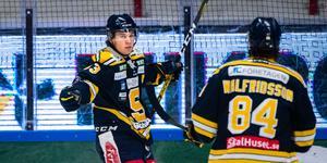 Måns Lindbäck har en genombrottssäsong offensivt – och tre av forwardens mål har kommit i specialgrenen numerärt underläge. Foto: Bildbyrån.