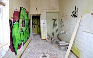 Ett badrum som det ser ut idag, nästan 30 år efter att Fasta paviljongen togs ur bruk.