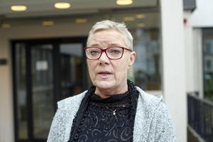 Oppositionspolitikerna Pia Lundin (SJVP) gör gemensam sak med majoriteten i sin kritik mot hur specialistvården och primärvården presenterar sina budgetar utan att redovisa hur man ska försöka få ordning på ekonomin.