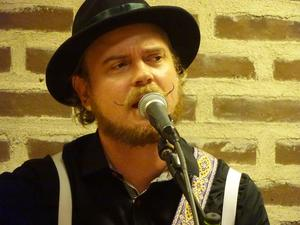 Trubaduren Jack White Gårdstedt har en perfekt röst för svenska visor. Dessutom komponerar han egen musik av hög klass, vilket han gav flera prov på under visaftonen.
