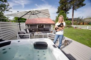 Elina är nöjd med altanen som hon snickrade förra sommaren.