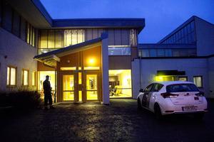 Väktare står fortfarande utanför Norrtullskolans huvudentréer. Övriga ingångar är låsta.