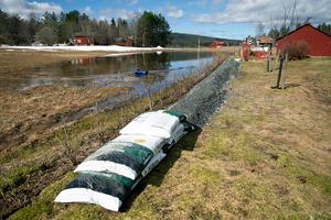 En boende i Hedgårdarna hade byggt upp vallar av grus för att förhindra vattnets framfart.