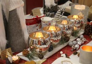 Granna juldekorationer såldes det också på marknaden.