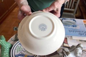 Gefle Porslinsfabriks stämpel signalerar god kvalitet. Tallrikarna från 1959 är fortfarande som nya.
