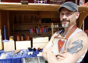 Magnus Sundelin, från Nedansjö, tillverkar och säljer slöjd och smide. Han jobbar uteslutande med handverktyg som yxa och kniv när han tillvekar sina föremål, bland annat träskedar.
