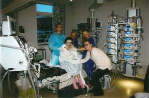 Nikola med mamma Anna och  vårdpersonal på Sahlgrenska sjukhuset i Göteborg.