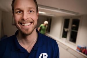 En glad Johan Kvarnström i det drygt 20 kvadratmeter stora rummet på Åsgatan där kliniken håller till.