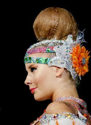 Världsmästerskap i disco och freestyle kräver en hel del jobb med de dekorativa håruppsättningarna.