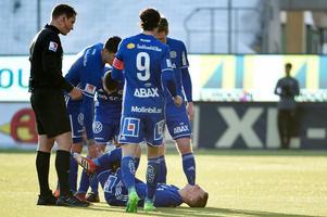 Dennis Olsson och Chidi Omeje skadade sig i premiären.Bild: Erik Mårtensson/TT