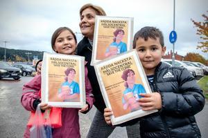 Aisa Dogan tillsammans med Saga, 7, och Fabian, 5, vill inte att hälsocentralen i Nacksta ska stänga.
