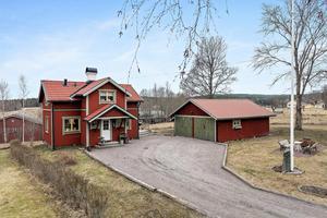Villa med ett stort lantligt kök med utgång till den stora inglasade verandan där det är utsikt över åkrar och ängar. Närhet till natur, skolor, förskolor och bra kommunikationer. Foto: Patrik Persson.