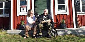 Magdalena Bibik-Westerlund, Janne Westerlund och hunden Zumbo utanför hemmet i Skebo.