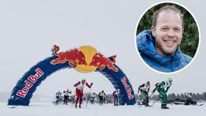Tidigt på lördagsmorgonen gick starten för världens längsta längdskidlopp – Red Bull Nordenskiöldsloppet.  Grycksbosonen Daniel Tynell är sportchef för loppet och tror att snöfallet kan innebära en avvaktande åkning.Foto: Martin Wik samt Magnus Östh/Red Bull Content Pool