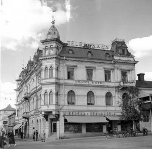 Grand hotell 1962. I bottenvåningen låg nu butiker, bland annat Wisenska bokhandeln som tidigare låg på Storgatan 36.