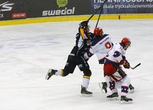 Borlänges Nils Eriksson i kamp med Huddinge-backparet Erik Ullman och Martin Eklund. Matchen blev onödigt spännande för Borlänges del när deras 4–1-ledning blev till 4–3 innan ett mål i öppen kasse säkrade dalasegern i Borlänge ishall.