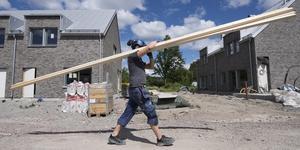 Regeringen har nu återinfört investeringsstödet för byggande av hyresrätter. Foto: Fredrik Sandberg / TT