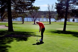 Golfbanan i Säter är 5 677 meter lång och tar cirka 4,5 timme att spela. Här är det Inge Karlsson som tränar puttar.