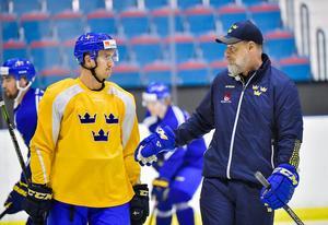 Mikael Backlund får beskedet av Rikard Grönborg.
