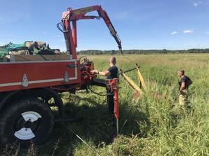 Med hjälp av kranen på räddningstjänstens terrängbil kunde tjuren lyftas in i hagen igen.