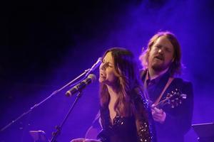 Linnea Wilhelmsson och Martin Almgren på scen.
