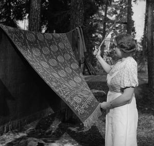 I början av 1900-talet började man att prata om kopplingen mellan smuts och ohälsa. Snart skulle alla piska sina mattor och vädra sina bostäder. Foto: KW Gullers/Nordiska museet