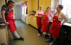 Erik Andersson är ansvarig för köket. Karin Budh, Greta Ericsson och Kerstin Ståbi är volontörer.