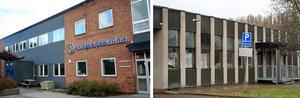 Den fristående Kunskapsskolan respektive Borlänge kommuns Forssaklackskolan.