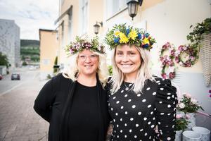 Floristerna Lotta Nordin och Eleonore Sahlin har händerna fulla inför midsommar.