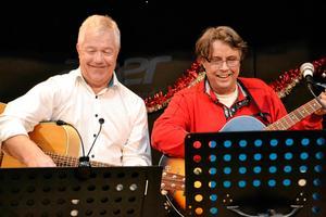 Allan Åberg och Lars Lundgren spelade stillsam lättlyssnad musik och berättade dessutom en del anekdoter på ett trivsamt sätt på IOGT-NTO:s julfest. Sven Lindblom.