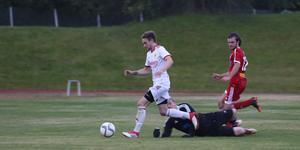Anton Hybrink på väg att göra 4-1 till Sveg i derbymatchen mot Hede.