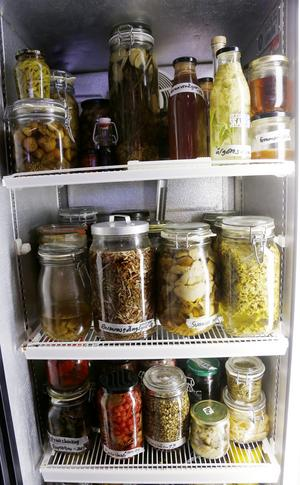 En kyl i matsalen är fylld med olika typer av konserver. Det kan vara granskott i ättikslag, autoklaverade grönsaker eller gatkamomill i sockerlag. Experimentlustan hos de tre kockarna på Flammans skafferi känner inga gränser.