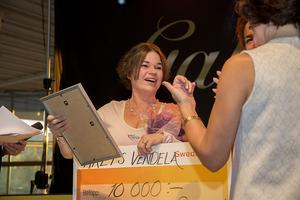 Årets vendela  gick till en glad Annalena Sjölund, grundare av Miljökompassen.