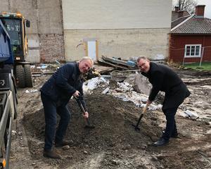 Fastighetsägaren Lennart Carlsson och sparbankens kontorschef Berry Andersson tar första spadtaget. Bild: Privat