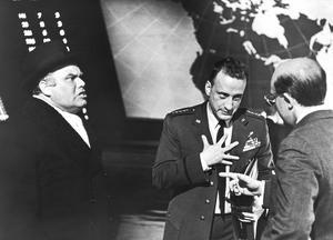 Den sovjetiske ambassadören Alexei de Sadeski (Peter Bull), flygvapenchefen general Buck Turgidson (George C. Scott) och president Merkin Muffley (Peter Sellers) diskuterar stundens gravallvar i