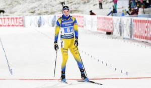 Samuelsson skär mållinjen som femma, två minuter efter segrande Norge. Foto: TT