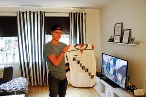 Boqvist valdes av London Knights i OHL-draften 2017. Här visar han upp tröjan för laget han kommer representera i vinter.