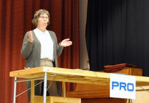 Konsumentvägledare Ingrid Krylén informerade om viktiga frågor att känna till för oss konsumenter. Foto: Karin Jirdén