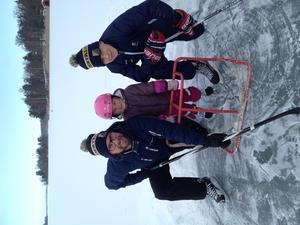 Filip tillsammans med sin farbror och kusin Lilly i vintras på isen vid farfars hus. Foto: Privat