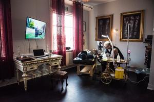 I varje rum finns nu även en tv-apparat.