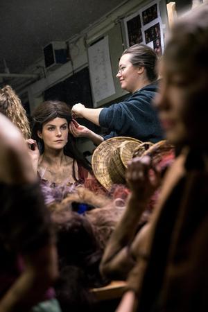 Karin får peruk två fixad av Elisabeth Mainy, maskör.