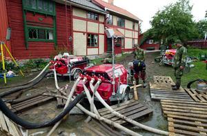Rejäla pumpar användes också för att bekämpa vattenmassorna under  2000-talets första sommar.Foto: Kjell Jansson