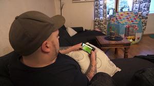 """Andreas Höglin är glad att han sökte till Lyxfällan, men tycker att programmet visar en något förenklad bild av parets ekonomiska problem där han får bära den största delen av skulden. """"Det känns lite orättvist, men det viktiga är att familjen vet hur det egentligen ligger till – jag bryr mig inte om vad folk tycker om mig"""", säger han. Bild: Skärmdump/TV3"""