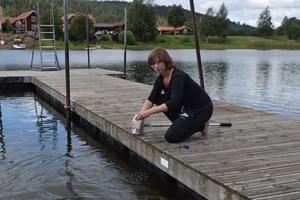 Sofia Nybergs senaste vattenprover i Esttjärn visar att halten tarmbakterier sjunkit.