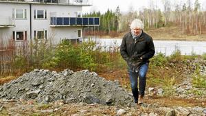 Kenth Sjögren såg till att den uppgrävda marken i Kallfors blev bebyggd till slut. Nu vill han bygga fler lägenheter på samma plats.