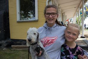 Hunden Hayley, Eden, 15 år och Elin 9 år.