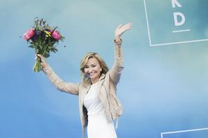 Kristdemokraternas partiledare Ebba Busch Thor fick blommor efter sitt tal på Kristdemokraternas dag på politikerveckan i Almedalen.Foto: Adam Ihse /TT