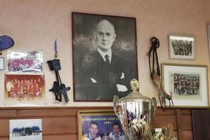 I klubbstugan trängs olika bilder, prispokaler och tidningsurklipp. Hedersplatsen på väggen har dock