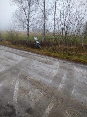 Här körde bussen, som senare fick ha bärgningshjälp, ner i diket. Bild: Maggan Eriksson
